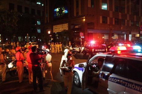 """TP.HCM: Hàng trăm cảnh sát trấn áp """"vòng ngoài"""" hai vũ trường"""